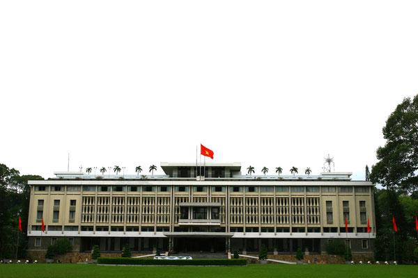 Wir machen einen Sprung nach Saigon, mit 5,3 Mio. Einwohnern das Kraftzentrum Vietnams. Der Palast der Einheit wurde am 30.4.1975 von nordvietnamesischen Panzertruppen gestürmt