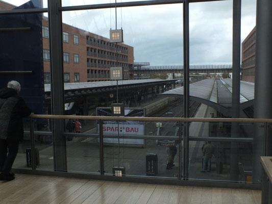Einkaufzentrum und Bahnhof