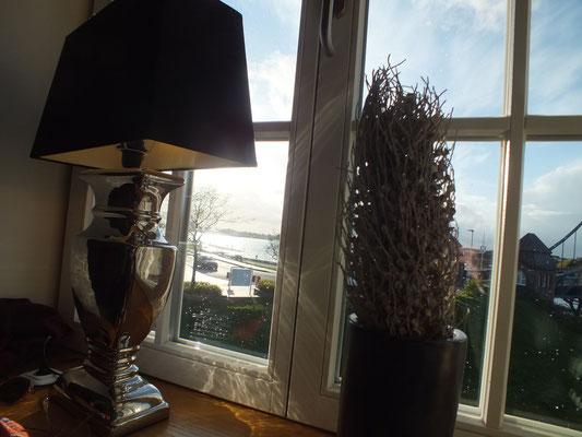 Blick aus einem Restaurantfenster auf den Südhafen