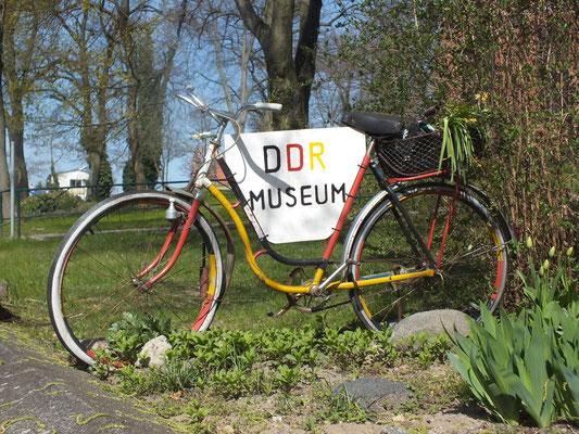 Hinweis auf DDR-Museum (im alten Filmpalast), Westufer)