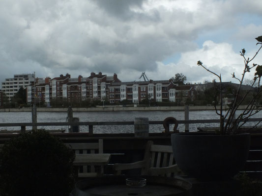 Blick vom Deich zum Jadebüsen auf den Südhafen mit seiner Wohnhausbebauung