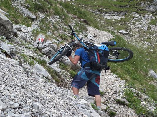 Biker schleppen ihre Räder auf den Gipfel...