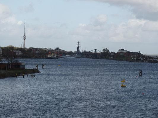 Südhafen und Ems-Jade-Kanal (im Hintergrund ein Teil des Marinehafens)