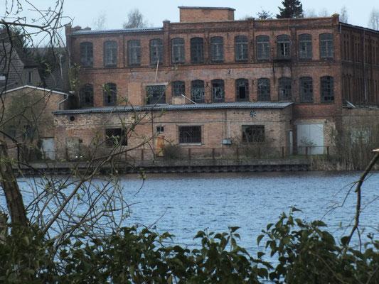 Alte (leere) Fabrik am Westufer