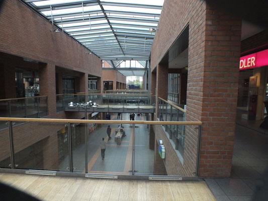 Einkaufzentrum und Banhof