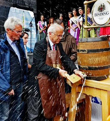 Fassbieranstich durch HG Brum, Bürgermeister von Oberursel, beim Oberurseler Brunnenfest