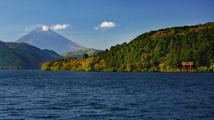 Ashi-See im Fuji-Nationalpark — Im Hintergrund der Fuji (3778 m hoch)