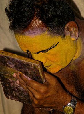 Minnuku beim schminken