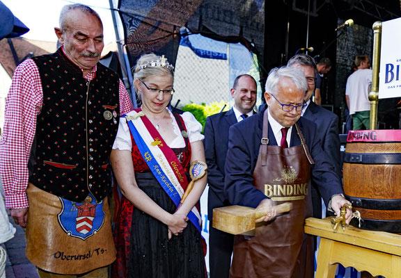 Fassbieranstich, HG Brum und die Brunnenkönigin mit ihrem Brunnenmeister