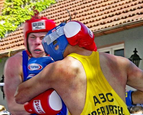 Amateuer-Boxkampf im Garten des Oberurseler Brauhauses
