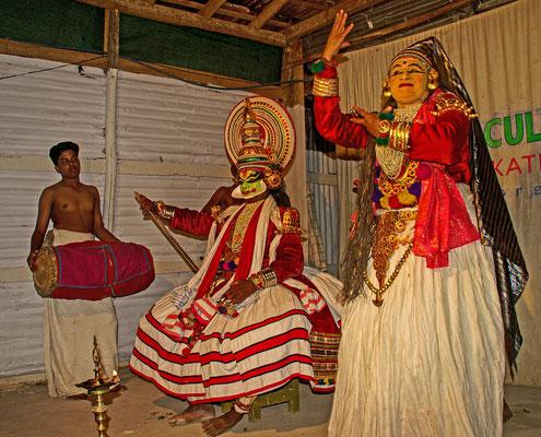 Pachcha und Minnuku, die Aufführungen werden von Tommlern begleitet