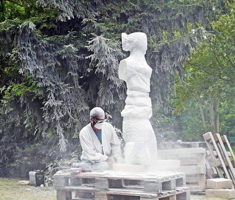 """Oberurseler Bildhauersymposium — Der russische Künstler Karlychanow gestaltet seine Figur """"Frauengestalt vom Mondlicht getroffen"""""""