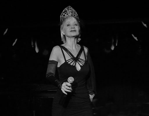 Sängerin auf dem Kreuzfahrtschiff MS ARTANIA