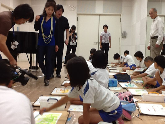 With Ken'ichi Nakagawa in workshop in Wakasa. Having a good time with children.
