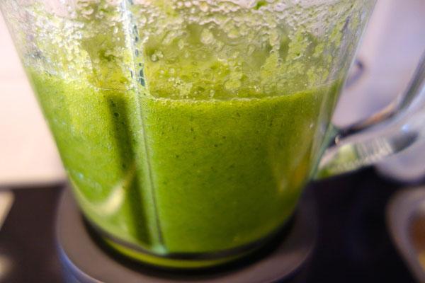 Groene juice is klaar om gezeefd te worden
