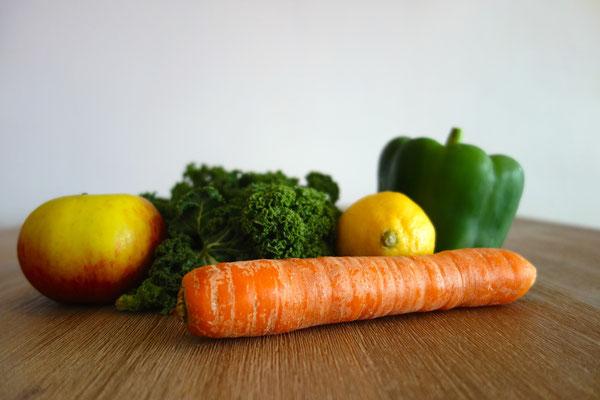 Bio boerenkool, wortel, groene paprika, citroen en appel