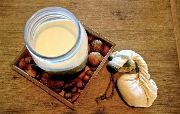 Amandelmelk gezeefd door notenmelkzak