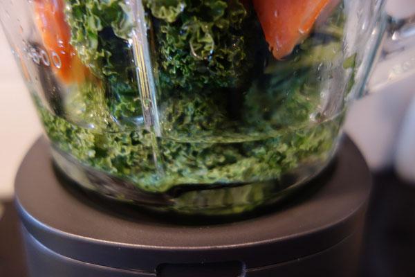 Groente en fruit in blender met water
