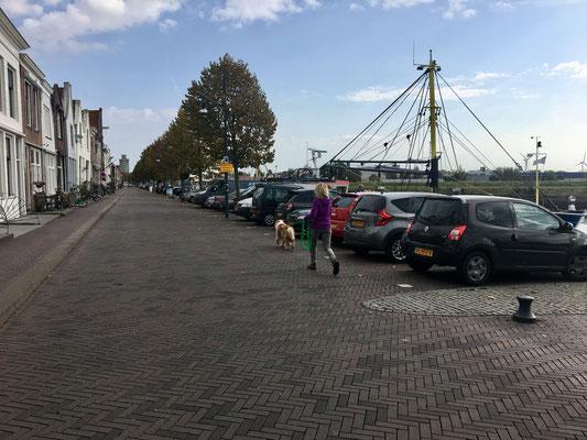 entlang des Hafens