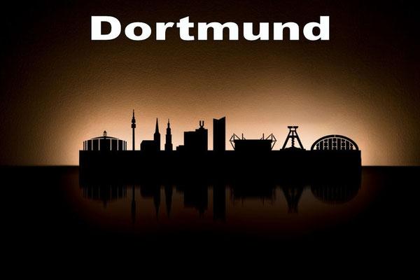 Objekte der Skyline (v.l.n.r.):  Westfalenhalle, Florianturm, Reinoldikirche, St. Reinoldi, Dortmunder U, RWE-Tower, Signal Iduna Park, Zeche Germania, Opernhaus