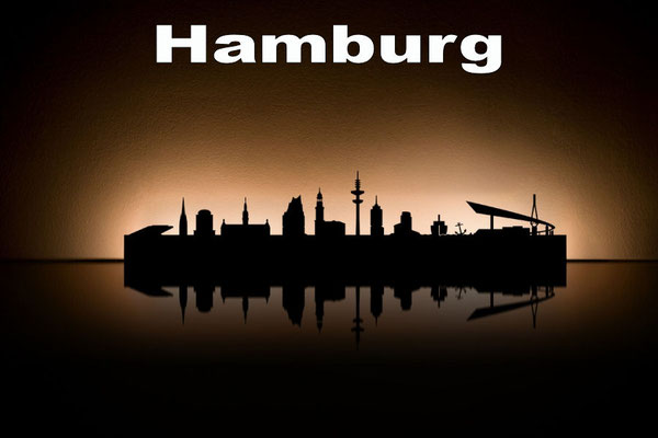 Objekte der Skyline (v.l.n.r.):  Bürogebäude Dockland, Nikolaikirche, Planetarium, Rathaus, Elbphilharmonie, St. Michaelis, Heinrich-Hertz-Fernsehturm, Hanseatic Trade Center, Schiff, Anker, Köhlbrandbrücke