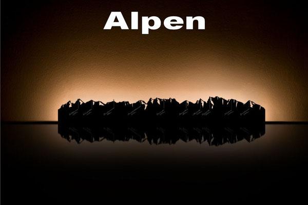 Objekte der Skyline (v.l.n.r.):  Watzmann, Wendelstein, Kampenwand, Benediktenwand, Karwendel, Herzogstand, Alpspitze, Zugspitze, Nebelhorn, Kanzelwand
