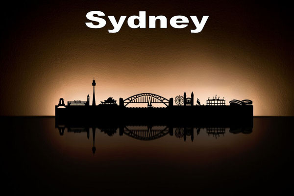 Objekte der Skyline (v.l.n.r.):  War Memorial Hyde Park, Central Train Station, Sydney Tower, Opera House, Harbour Bridge, Luna Park, Kangaroo, Cricket Ground, Sydney Football Stadium