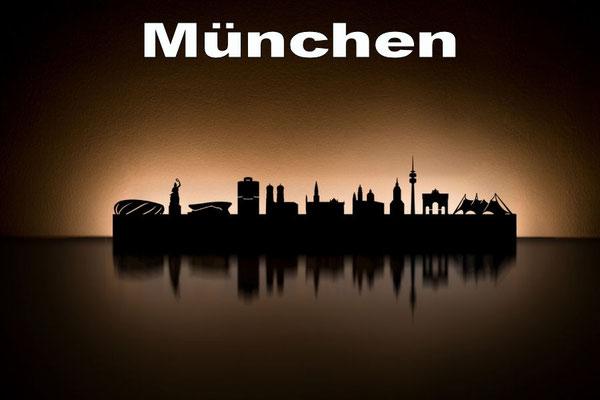Objekte der Skyline (v.l.n.r.):  Allianz Arena, Bavaria, BMW-Welt, Vierzylinder, Frauenkirche, Rathaus, Theatinerkirche, Alter Peter, Olympiaturm, Siegestor, Olympiapark