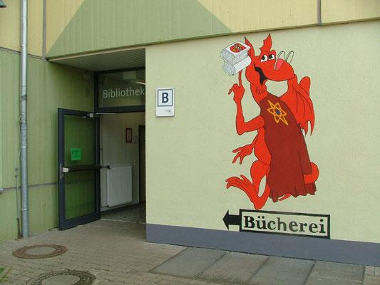 Bibliothek Sprendlingen Eingang mit Lesedrache