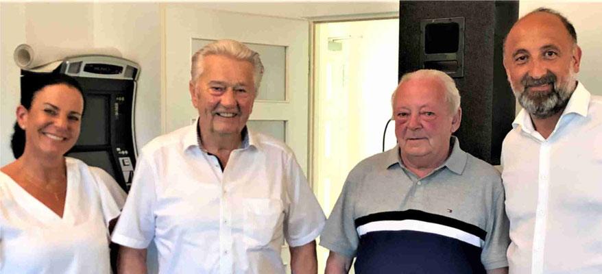 Dieter Zimmermann (zweiter von links) und Franz Windeisen erhalten für 60 Jahre Vereinstreue die Goldene Ehrennadel mit Lorbeer