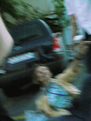 Zeugen unerwünscht: Auch die Fotografin wird zu Boden gerissen