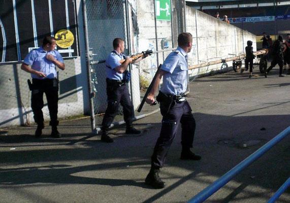 Bild beweist: Friedfertige Polizisten suchen den Dialog