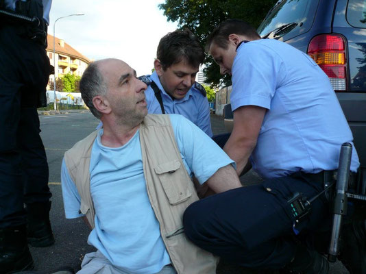Rozsa bespuckt Polizisten