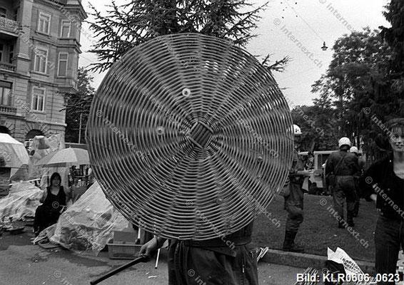 Polizeieinsatz während einer unbewilligten Demonstration gegen die herrschende Wohnungsnot in Zürich: Zeugen unerwünscht! 08/07/1989.