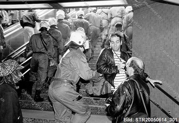 Zeugen unerwünscht: Behinderung des Pressefotografen durch die Polizei im Shop Ville in Zürich. Stadtpolizist versucht die Fototasche zu entreissen. 15/10/1986.