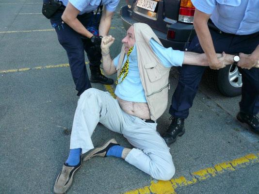 Bild zeigt: Freundliche Polizisten bitten Rozsa Platz zu nehmen