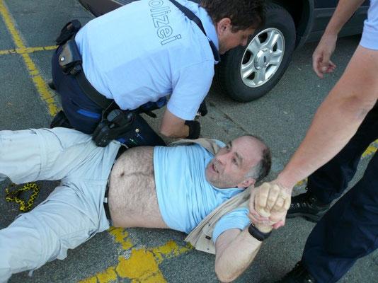 Polizist hilft beim liegen bleiben