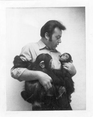 Gründer Herbert Willig mit Schimpansen