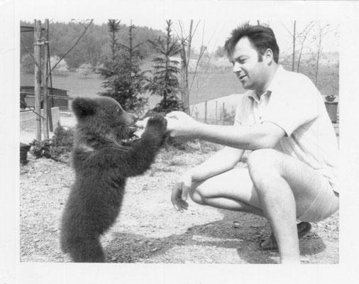 Gründer Herbert Willig mit Kragenbär
