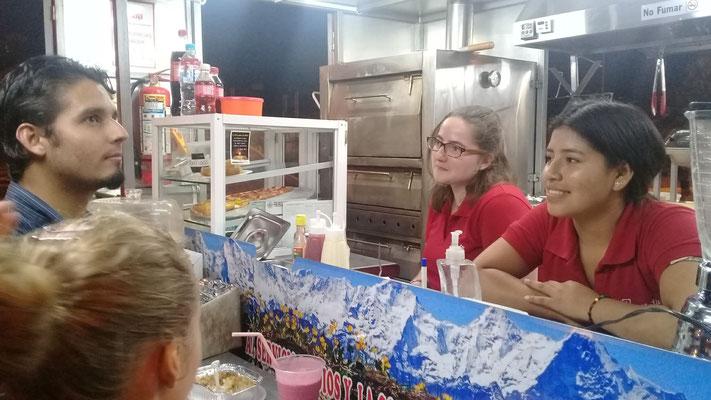 Corina und Ximena im Gespräch mit Kunden