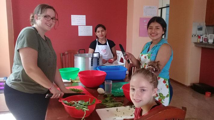 Mein Arbeitsteam - am vorbereiten der Tomatensauce