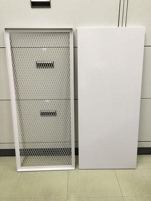 キャビネット 棚板 収納を増やすため、追加の板を作りました。380x880㎜ 左のメッシュの棚は最上段用で比較的軽いものを置くためのものです。下から見て何が入っているかよくわかります。(レーザー加工、曲げ加工、塗装)