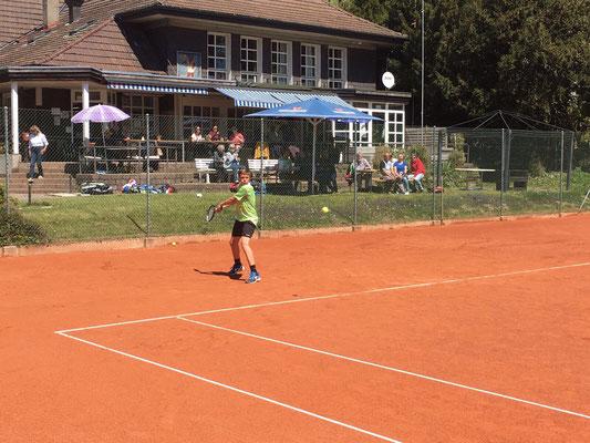 Kraftvolle Rückhand von Dominic vor dem Klubhaus Sporting Bern