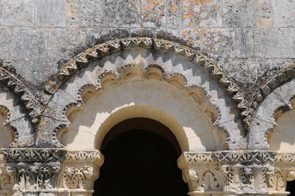 Abbaye de Trizay : les décors polylobés des baies de la salle capitulaire