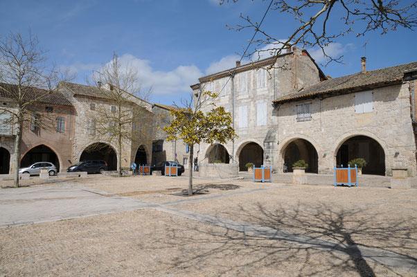 Castelsagrat : place des cornières