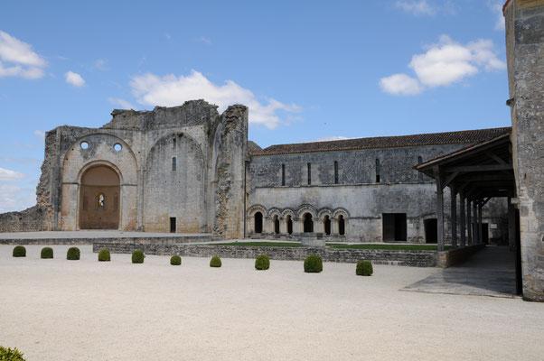 Abbaye de Trizay : vue des vestiges de l'église et des bâtiments conventuels