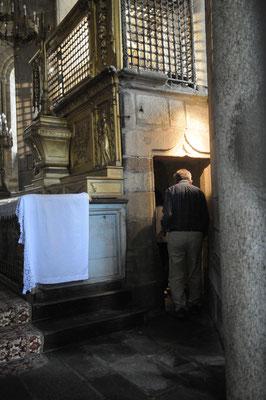 Saint-Léonard-de-Noblat : passage sous l'autel contenant les reliques de Saint-Léonard