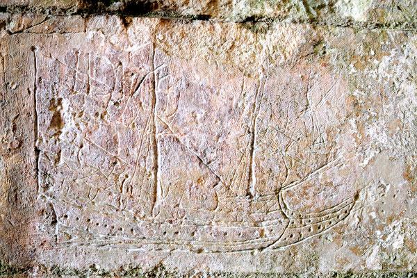 Brouage : passage sous la porte royale, bateau gravé par un soldat