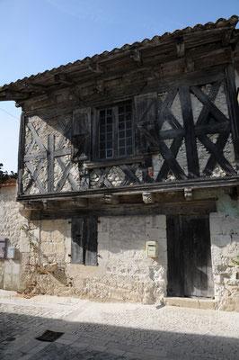 Montjoi : maison à pans de bois rue des Treilles