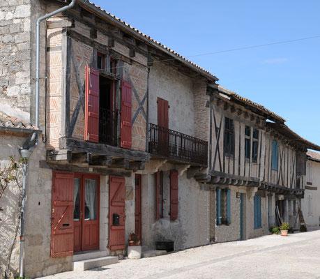 Montjoi : maisons à colombages rue des Treilles